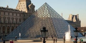 One Hour in the Louvre, Paris - Is it Worth it? www.minitravellers.co.uk